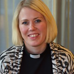 Jennie Wall, prästvigdes för Stockholms stift våren 2006 och har arbetat som komminister i Danderyds församling sedan 2007. Jennie har i sin tjänst bland annat med ansvar för ungdomsverksamheten i församlingen. Under sina studieår var Jennie aktiv inom Svenska kyrkans Unga i Stockholmsdistrikt där hon bland annat var distriktsordförande under flera år. Jennie har tidigare varit pastorsadjunkt i Råsunda (numera Solna) församling.